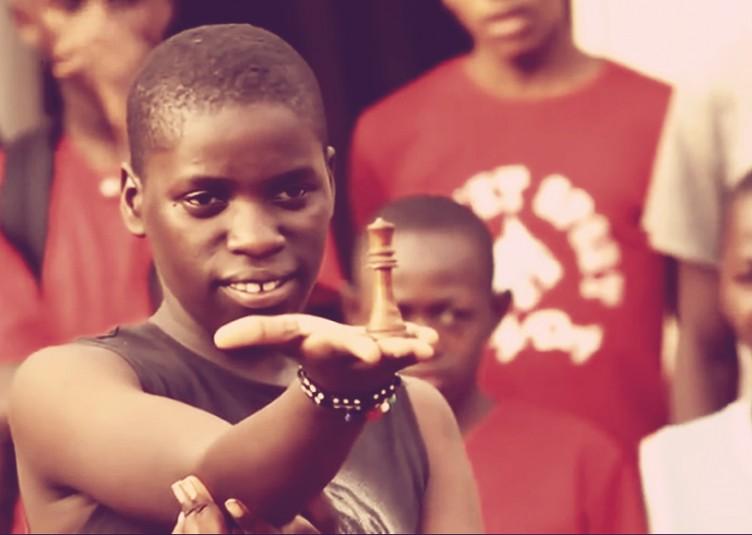 La jeune femme fréquente maintenant l'école et enseigne les échecs aux autres, avec un rêve de devenir un Grand Maître des échecs ou une médecin.