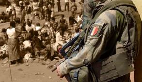 À la clôture du sommet paix et sécurité en Afrique à Paris, François Hollande annonce le déploiement « aussi longtemps que nécessaire » de 1 600 soldats et que la mission des soldats français est de « désarmer toutes les milices et groupes armés qui terrorisent les populations »