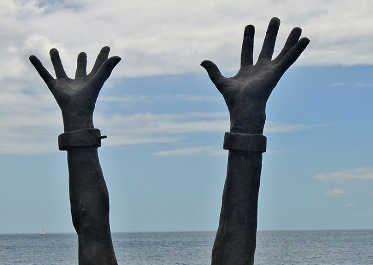 """La Journée internationale du souvenir de la traite négrière et de son abolition vise à inscrire la tragédie de la Traite dans la mémoire de tous les peuples. Conformément aux objectifs du projet interculturel """"La route de l'esclave"""", elle doit être l'occasion d'une réflexion commune sur les causes historiques, les modalités et les conséquences de cette tragédie, ainsi que d'une analyse des interactions qu'elle a générées entre l'Afrique, l'Europe, les Amériques et les Caraïbes."""