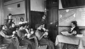 Formé comme un moyen de protestation contre les autres organisations missionnaires au milieu du 19e siècle, l' American Missionary Association a promu l'activité politique et a encouragé un fort sentiment antiesclavagiste dans ses nombreuses missions. Le rythme des nouvelles écoles fondé par l'AMA a augmenté pendant et après la guerre de sécession américaine. Historiquement affranchis, Noirs libres et sympathisants Blancs croyaient que l'éducation était une priorité pour les esclaves nouvellement libérés.