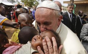 Jorge Mario Bergoglio est le premier pape à prendre le nom de François, nom choisi en souvenir de l'engagement de saint François d'Assise dans le choix d'une vie simple, pour la paix.