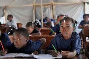 Haïti compte 15 200 écoles primaires, 90 % étant dirigées par des communautés locales, des organisations religieuses, ou des ONG. Le taux de fréquentation est de 67 %, mais seuls 30 % atteignent la fin du système primaire.