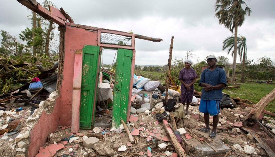 Selon les autorités locales le 6 octobre, 11 000 personnes trouvèrent refuge dans des abris de fortune et le gouvernement haïtien estima qu'au moins 350 000 personnes avaient besoin d'aide après le désastre. L'Unicef estima le 8 octobre que c'est 1,3 million d'Haïtiens, soit 10 % de la population du pays, qui furent touchés, dont un demi-million d'enfants. Selon l'organisation, près de 16 000 personnes se trouvaient toujours dans des refuges temporaires. En République dominicaine, l'ouragan endommagea 3 000 maisons et 36 500 personnes furent déplacées.