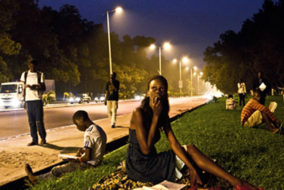 Des jeunes s'affairent à la lecture et réflexion sur le « trottoir du savoir » à Brazzaville. Credit photo: ©BaudoinMouanda