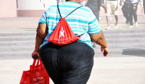 D'ordinaire, la progression de l'obésité dans une population commence chez les femmes d'un certain âge dans les groupes à revenu élevé, mais, à mesure que l'épidémie progresse, l'obésité devient plus courante chez les personnes (notamment les femmes) appartenant à des groupes socio-économiques faibles. La relation peut même être bidirectionnelle, ce qui crée un cercle vicieux (c'est-à-dire que le fait d'appartenir à un groupe socio-économique faible favorise l'obésité, et que les personnes obèses sont plus susceptibles de finir dans des groupes économiquement faibles).