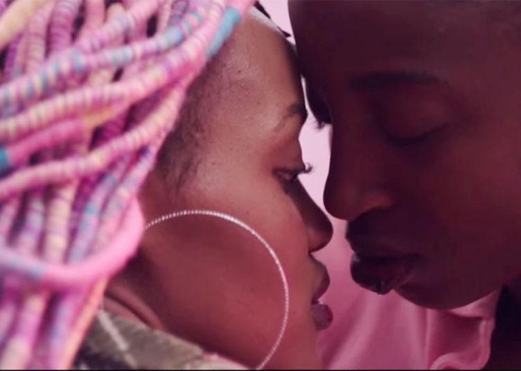 Rafiki: Deux jeunes femmes se rencontrent, deviennent amies et tombent amoureuses l'une de l'autre. Elles sont confrontrées aux préjugés de leurs parents et de leurs voisins homophobes, à Nairobi.