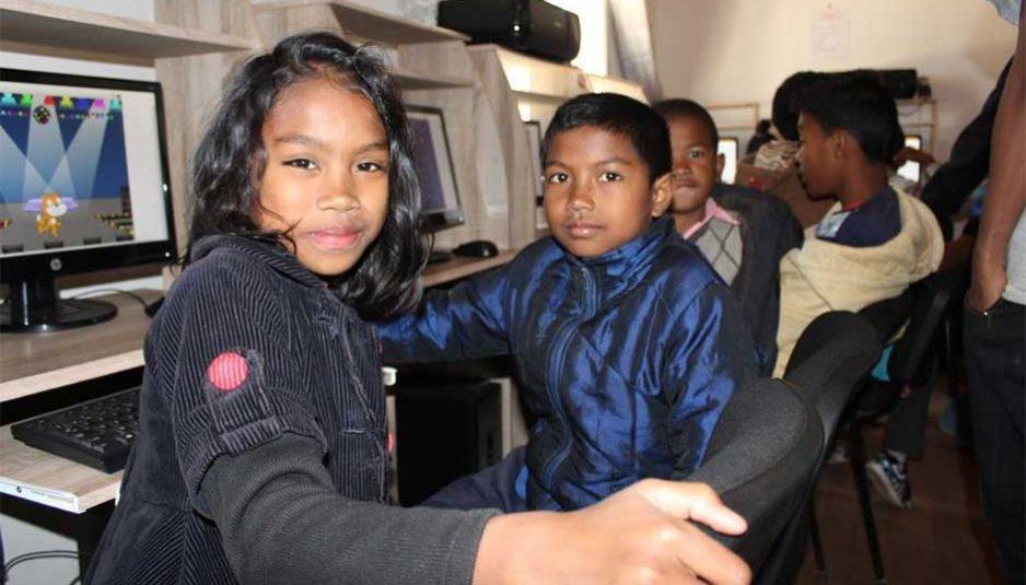 En 2017, un internaute malgache sur dix déclare avoir déjà effectué un achat en ligne. Les produits les plus achetés sur Internet concernent le hi-tech et le prêt-à-porter, ces deux catégories rassemblant à elles seules près de 50% des ventes en ligne. Les freins majeurs au développement du commerce en ligne à Madagascar sont le manque de confiance dans l'économie numérique et les problèmes de paiement en ligne. C'est ainsi que la majorité des achats en ligne sont payés en espèces à la livraison.