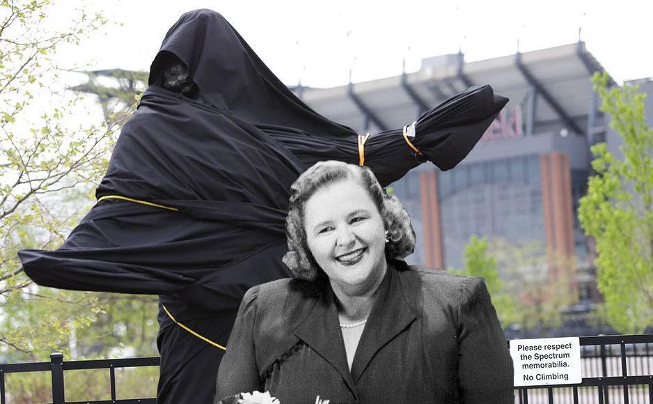 En 1987, les Flyers de Philadelphie ont érigé une statue de Kate Smith à l'extérieur de son aréna, le Spectrum. Elle fut recouverte puis enlevée en avril 2019 en raison des paroles racistes de certaines de ses chansons précédentes.